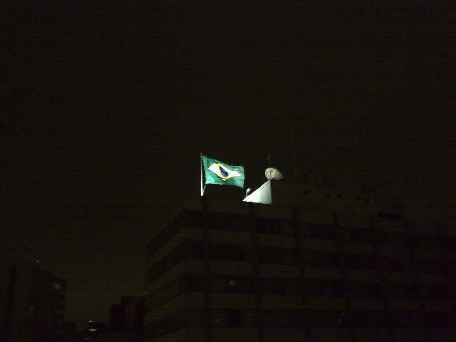 Bandeira no topo do prédio do Mackenzie. Noite curta visitando a Thalita e o João